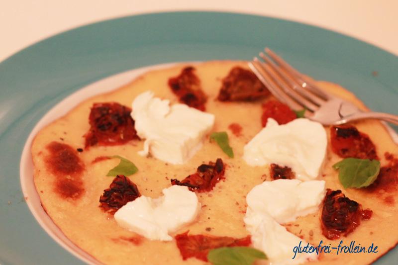 glutenfreier pfannkuchen mit tomate und mozzarella
