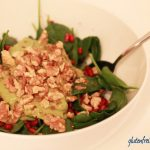 Spinatsalat mit Granatapfel und Avocado-Dressing