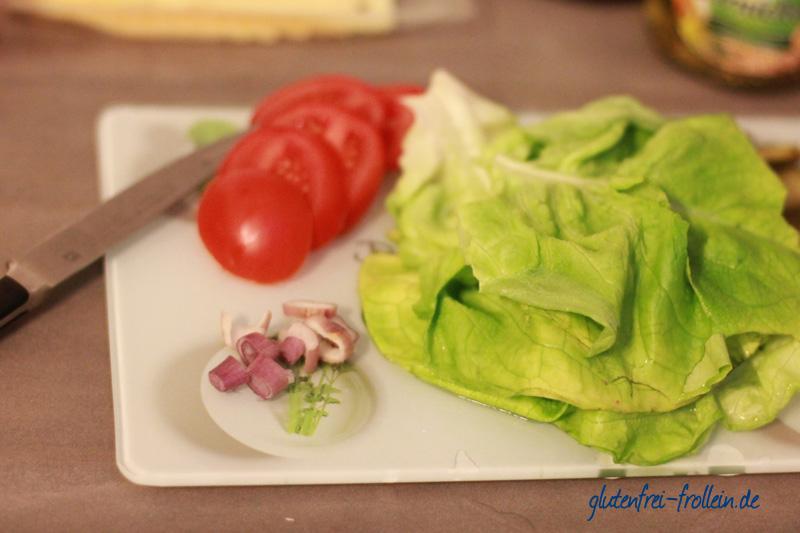 glutenfreier Burger Salat und Tomaten