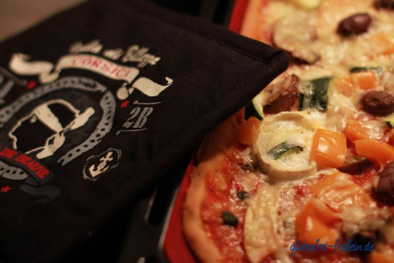 glutenfreie Pizza_auf blech nach dem backen