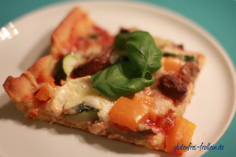 glutenfreie Pizza auf teller mit basilikum