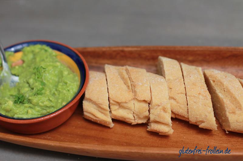 glutenfreies baguette geschnitten mit guacamole