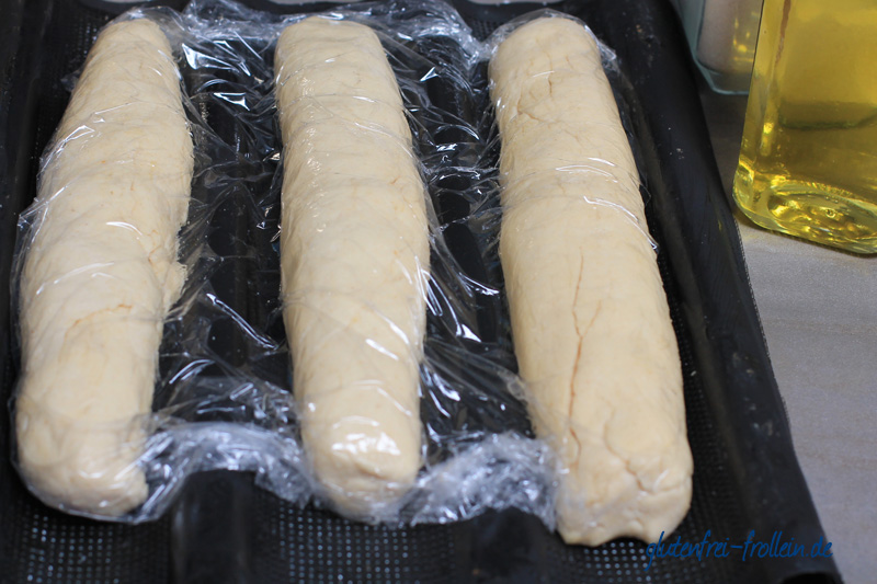 glutenfreies baguette in folie vor dem backen