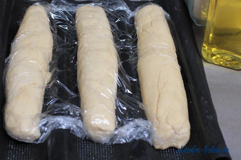 glutenfreies baguette in folie vor dem backen