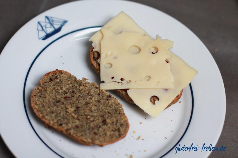 glutenfreie Brötchen mit Soja Hanf und Leinsamen belegt mit Käse