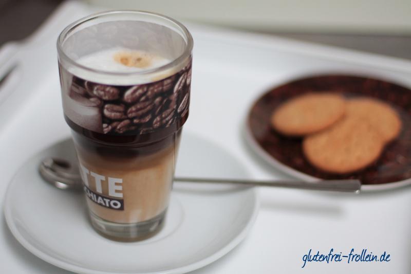 Latte Macchiato mit glutenfreien Keksen