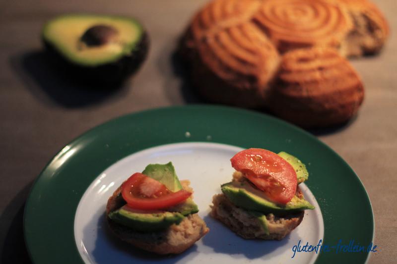 glutenfreies Abendbrot_Avocado und Tomate_ Brot von Huttwiler