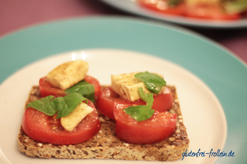 glutenfreies Schwarzbrot_Tomate und Mozzarella_
