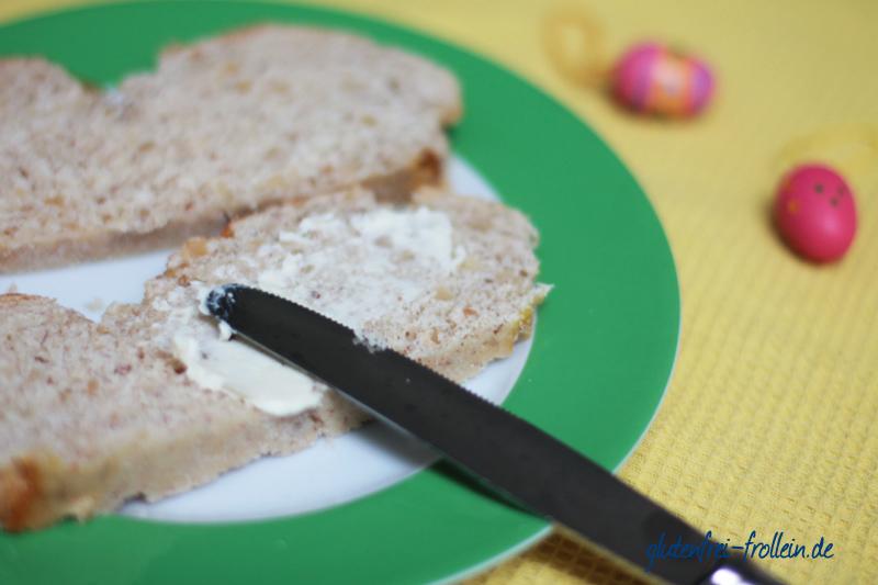glutenfreier Hefezopf mit Mandeln geschnitten mit Butter bestrichen