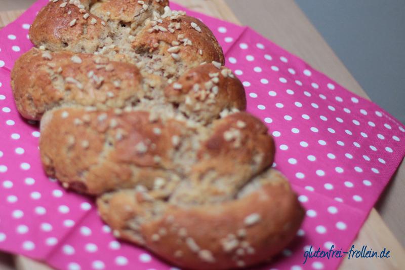 glutenfreier Hefezopf mit Mandeln gebacken geflochten