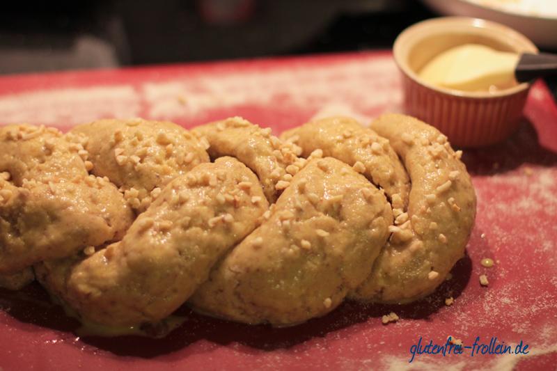glutenfreier Hefezopf mit Mandeln geflochten vor dem Backen