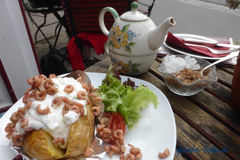 Friesentee und Ofenkartoffel mit Krabben im Dörnsk An Köögem Amrum