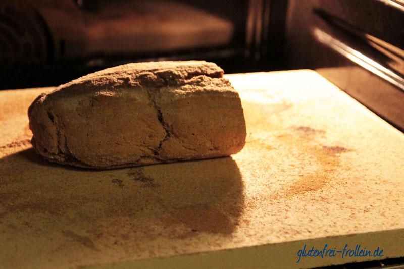 glutenfreies Brot im Ofen auf Pizzastein