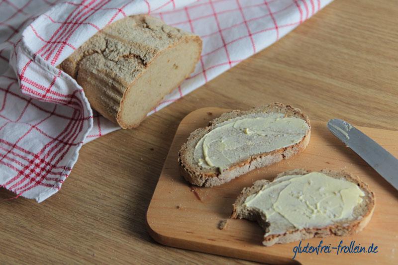 glutenfreies Brot vom Pizzastein mit Butter