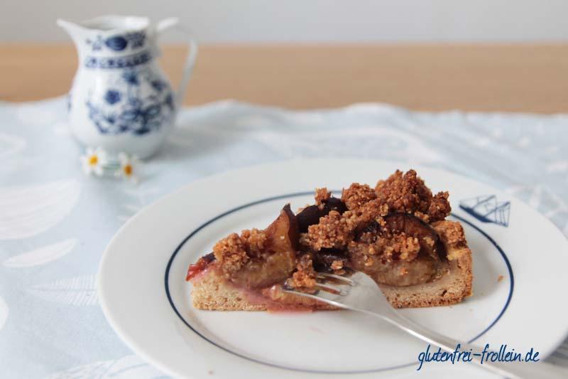 glutenfreier Pflaumenkuchen_Kuchenstück auf Teller