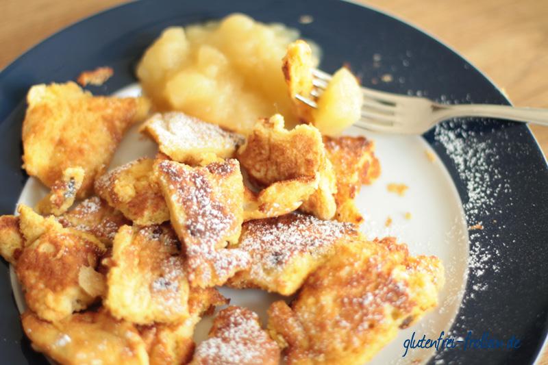 glutenfreier Kaiserschmarrn_auf dem Teller mit Apfelkompott