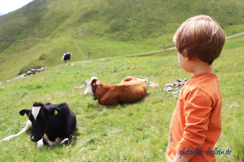 glutenfreier Wanderurlaub_Kind und Kuehe